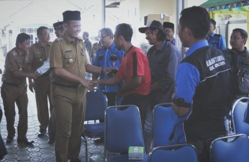 Wakil Bupati Pringsewu berhalal bilhalal dengan jajaran pengurus Karang Taruna Kabupaten Pringsewu. (Foto: Eprizal)