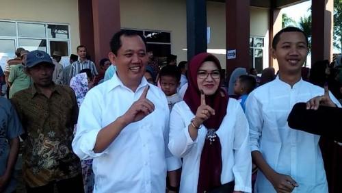 Bersama istri dan anak sulungnya Wakil Bupati Tanggamus saat melakukan pencoblosan di TPS 4 Pekon Margodadi, Kecamatan Sumberrejo,