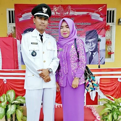 Pj Kepala Kampung Mekar Indah Jaya, Antoni Saputra, SE., bersama Istri. (Foto: Roby)