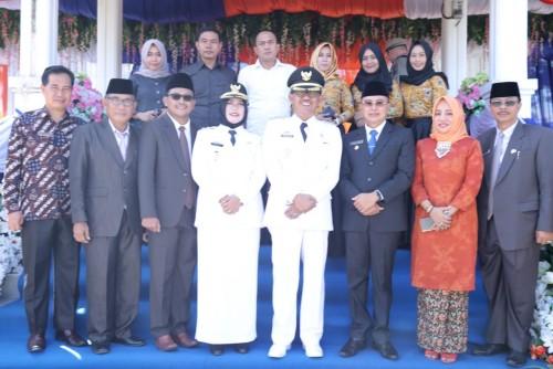 Bupati Pesisir Barat foto bersama dengan Plt. Bupati Bengkulu Selatan di hari puncak HUT Kabupaten Pesisir Barat ke-6.
