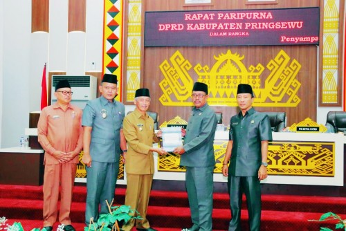 DPRD Kabupaten Pringsewu menggelar rapat dengan agenda penyampaian LKPJ Bupati Pringsewu Tahun 2018. (Foto: Eprizal)