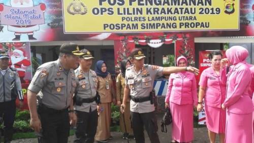 Guna mengecek kesiapan petugas dan sekaligus memberi dukungan berupa bantuan sembako kepada personel yang disiagakan di Pos Pengamanan dan Pos pelayanan, Kapolres Lampung Utara bersama PJU dan Bhayangkari berkunjung ke Pospam dan Posyan yang berada di wil