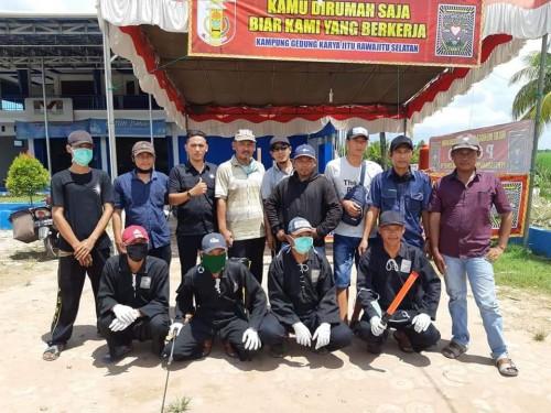 Kepala Kampung Gedung Karya Jitu, Agus Nurohman, bersama organisasi SUB PSHT, mendirikan posko Covid -19, di wilayahnya, Kamis (2/4/2020).