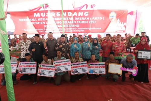 Pelaksana tugas (Plt) Bupati Lampung Selatan, H. Nanang Ermanto menghadiri Musyawarah Perencanaan Pembangunan (Musrenbang), Kecamatan Ketapang di Lapangan Desa Pematang Pasir, Jumat (14/2/2020).