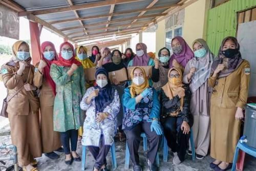 Melalui Ketua TP-PKK Pesisir Barat, Riana Sari Arinal Bagikan Sembako kepada Warga Terdampak Covid-19