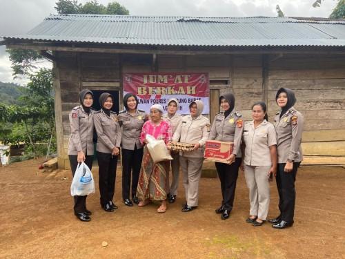 Jum'at Penuh Berkah, Jajaran Polwan Polres Lampung Barat Bersama PNS Polri Berikan Bantuan Pada Warga yang Membutuhkan
