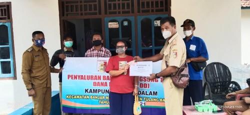 Kepala Kampung Agung Dalam, Perman Bagikan BLT-DD Secara Door to Door ke Keluarga Penerima Manfaat.