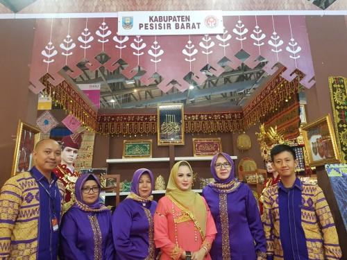 Ketua Dekranasda Kabupaten Pesisir Barat Hj. Septi Istiqlal menghadiri acara pembukaan Pameran Dagang Kerajinan Internasional (Inacraft) 2019 yang berlangsung di Jakarta Convention Center. (Foto: Humas)