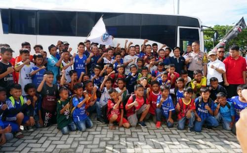 Nanang Ermanto memberikan semangat dan motivasi kepada para pemain sepak bola dari Sekolah Sepak Bola (SSB) Dahana Kecamatan Palas dan SSB Bintang Selatan Kecamatan Bakauheni yang mewakili Lampung Selatan pada kompetisi Dream Come True, di Lembang, Bandu