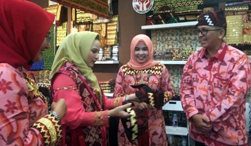 Dekranasda Lampung Selatan menampilkan berbagai produk unggulan hasil kreasi pengrajin lokal dalam pameran Jakarta International Handicraft Trade Fair 2019. (Foto: Istimewa)