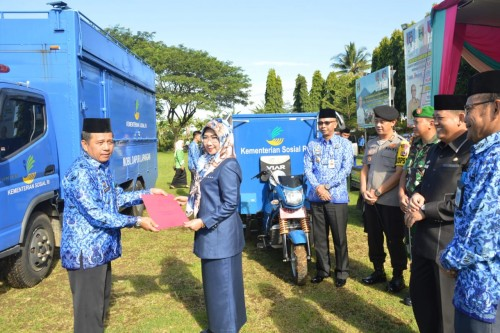 Bupati Tanggamus secara simbolis menyerahkan Mobil Dapur Umum dan 2 Motor Tosa dari Kementerian Sosial melalui Bank Syariah pada Dinas Sosial Kabupaten Tanggamus. (Foto: Agus)